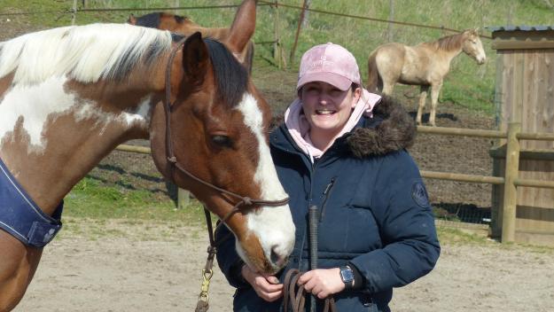 La complicité entre le cheval et la monitrice est indéniable.