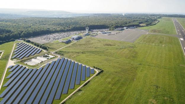 La centrale solaire va s'étendre sur 46,3 ha, sur l'emprise foncière de l'aéroport de Deauville. (photomontage EDF Renouvelables)