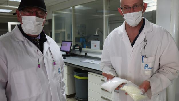Patrick Coquelet (à g.) président de Polytechs avec Hervé Auger le responsable du laboratoire de produits finis du site. (Photos PN)