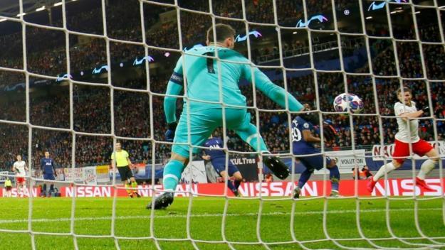L'UEFA permet ainsi aux 12 villes-hôtes de l'Euro de football, réparties dans douze pays, de remplir leurs enceintes si elles le souhaitent.