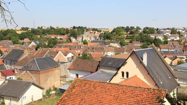 Depuis les tours de Luynes (XVIIe siècle), la commune laisse entrevoir un patrimoine historique exceptionnel avec son église Saint-Denis du XVIè siècle ou son prieuré bénédictin du XIe siècle, le plus ancien monument historique de Picardie.