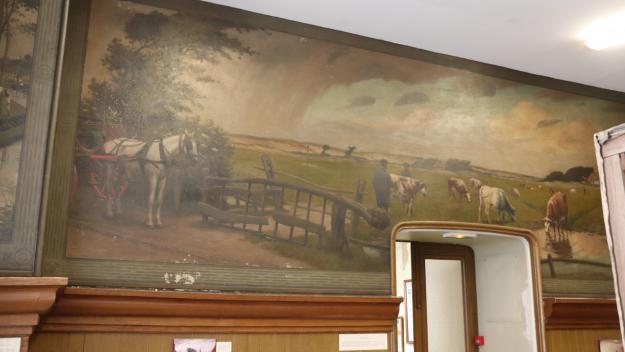 Salle de Justice de Paix, au beffroi, les huit tableaux signés Albert Siffait de Moncourt ont besoin d'être restaurés.