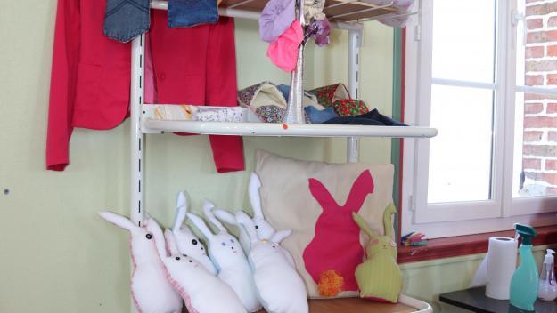 L'équipe de la Cheaperie a commencé son stock : essuie-tout lavable, cotons démaquillants réutilisables, tote-bag, pochettes, lapins de Pâques, en vente pour l'instant via la page Facebook de l'atelier.