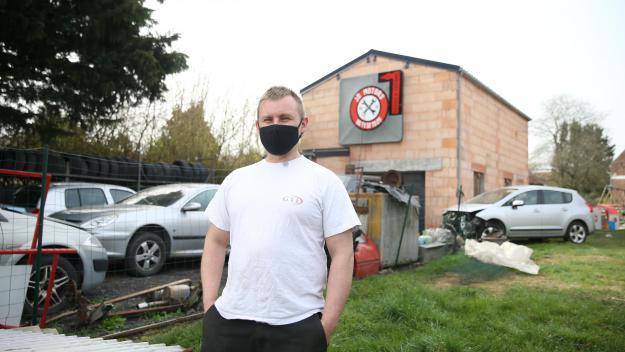Julien Ducrocq manque de place et aimerait pouvoir acheter le terrain derrière son garage.