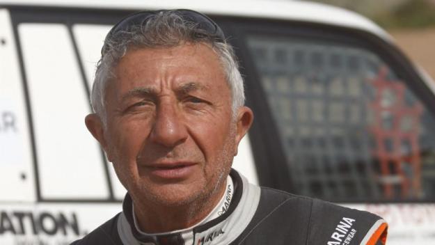 Avec bientôt 40 « Dakar » à son actif,  é tienne Smulevici est une figure incontournable du célèbre rallye-raid.  Il a notamment été le premier à le disputer en solitaire, en 1986 (en médaillon, au départ de la course).