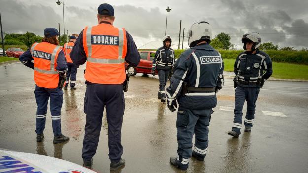 Les agents des douanes interceptent une voiture ce 25 mars au péage de Ressons-sur-Matz. A l'intérieur : 39 405 euros en petites coupures.