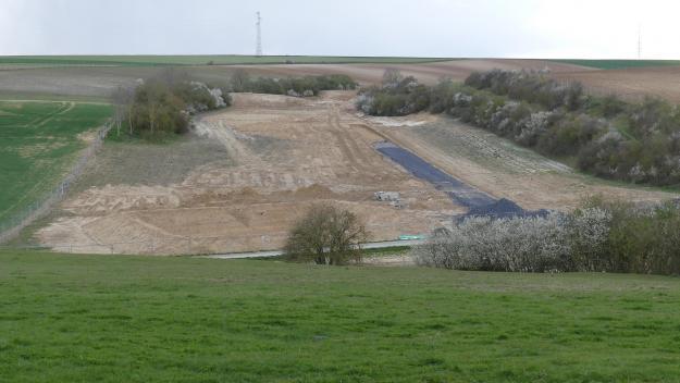 Le terrain de moins d'un hectare tel qu'il se présente aujourd'hui, avec les premiers travaux de terrassement.