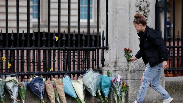 Beaucoup de monde est venu rendre hommage au Prince Philip en déposant un bouquet devant le palais de Buckingham.