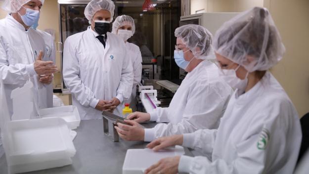 Emmanuel Macron a visité vendredi 9 avril 2021 l'usine Delpharm à Saint-Rémy-sur-Avre qui met en flacons depuis le 7 avril le vaccin Pfizer/BioNTech. (Crédit photo AFP)