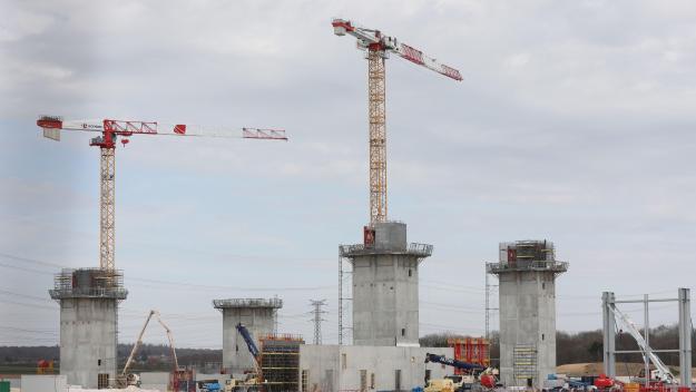 La particularité d'Ynfarm, future plus grande ferme verticale du monde, réside dans la hauteur (36 mètres) des principaux bâtiments d'élevage du tenebrio molitor ou vers de farine. Le site industriel, photographié vendredi 9 avril, prend forme.