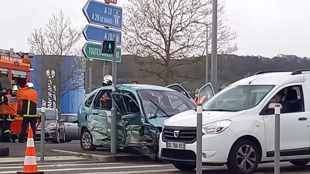 Un accident est survenu avenue Jean-Rondeaux, lundi 12 avril 2021 à Rouen