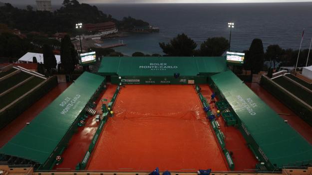 Après une interruption de quatre heures et demie, de midi à 16h30, les matches ont brièvement repris sous les projecteurs.