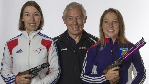 Sandrine (à gauche) et Céline Goberville ont opté pour le pistolet, alors que leur père Daniel pratiquait le tir à la carabine.