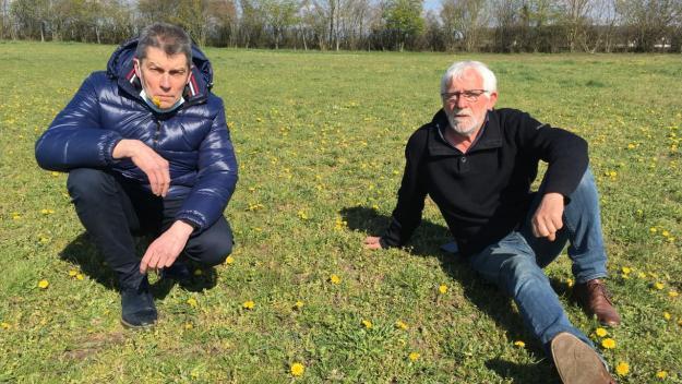 Le maire de la Neuville-en-Hez, Jean-François Dufour (à gauche), et son premier adjoint  Gérard Ducollet à l'endroit où devrait être implanté le futur pôle médical.