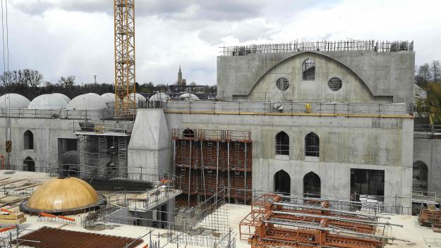 La maire précise que les «porteurs du projet» de la mosquée Eyyub Sultan, dont la construction, toujours en cours, avait débuté en 2017, ont «retiré le 15 avril leur demande de subvention» municipale, constatant «le besoin de consolider leur plan de financement».