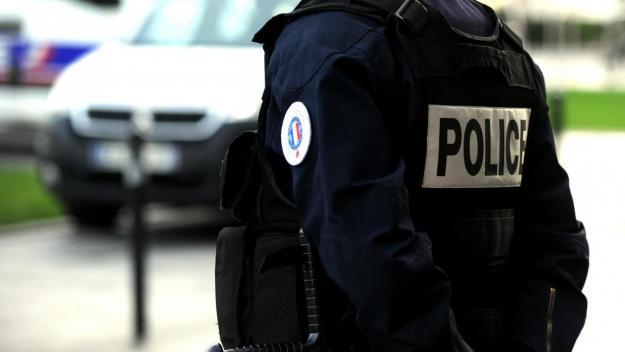 Au domicile du suspect, le corps sans vie d'une femme de 74 ans, une voisine, a également été découvert, avec des armes blanches à proximité