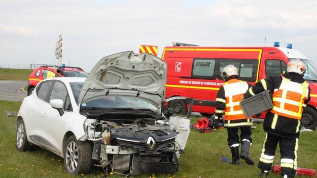 Après avoir grillé un stop, le conducteur a été percuté par un poids-lourd.