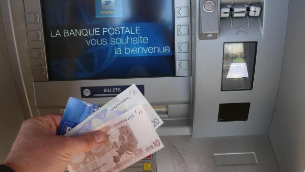 Un individu était posté derrière la victime et a saisi le montant de 900 euros à sa place.