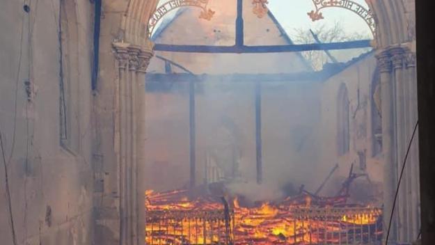 L'église de Romilly-la-Puthenay, près d'Évreux, a été ravagée par un violent incendie samedi 17 avril 2021