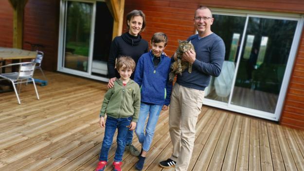 Caroline et Sylvain Bourdaud avec leurs fils Tom, 11 ans, et Oscar, 6 ans, et leur chat Pistache, devant leur maison de 160 m² à Pont-Audemer (Photo PN)