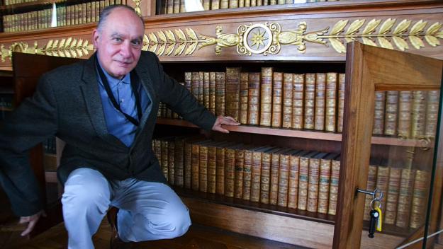 Marc Desti, conservateur en chef, cherche à retrouver les livres originaux qui se trouvaient dans la bibliothèque de l'Empereur.