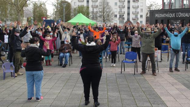 Art 21 a proposé une danse aux spectateurs et artistes présents.