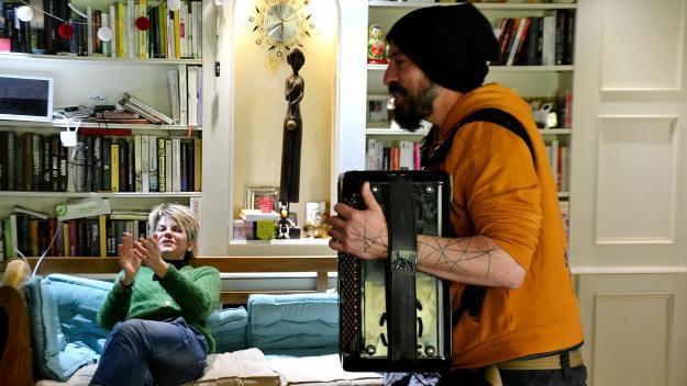 Cette famille de Vauchelles avait commandé un spectacle de rap et de conte dans son salon, auprès de l'association Yapluk'A.