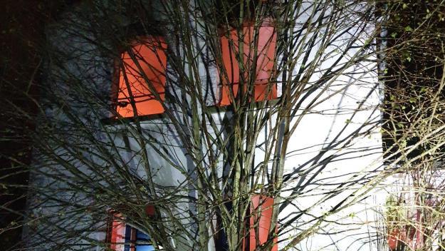 Les sapeurs-pompiers ont été alertés vers 22 heures, dimanche 18 mars. L'incendie s'est déclaré dans un bâtiment face au centre de secours.