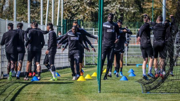 Les joueurs du FC Chambly ont effectué une dernière séance d'entraînement lundi matin avant de prendre le TGV direction Guingamp. (Photo ERIC CREMOIS)