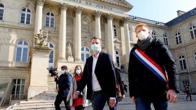 L'étudiant (au centre) avait reçu de nombreux soutiens lors de son procès, comme le député (LFI) du Nord Adrien Quatennens (à droite). Photo FRED HASLIN.