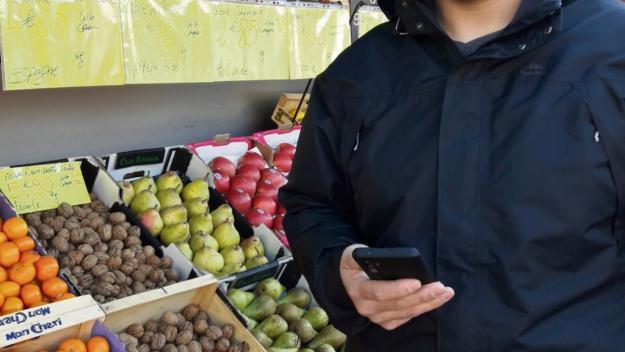 Hassan Ahdaoui, de l'enseigne CocciMarket, présente ses produits via mavillemonshopping. (Photo PN)