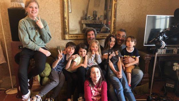 Eric Chitcatt entouré des enfants qui ont chanté «Allons enfants de la planète», à droite Alex Vitrac du studio d'enregistrement CBE.