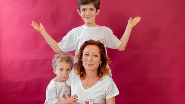 Claire Martinez avec deux de ses quatre fils, Oscar, 3  ans, et Titouan, 9 ans. La boutique Chez Babette a été nommée ainsi  en hommage à la grand-mère des enfants récemment disparue. « C'était le pilier de la famille », témoigne Claire (Photos PN)
