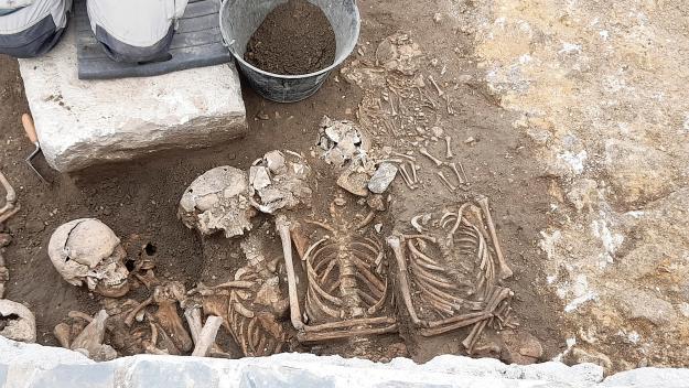Les sépultures ont été exhumées à l'emplacement de l'ancienne église Saint-Jacques (photo PN)